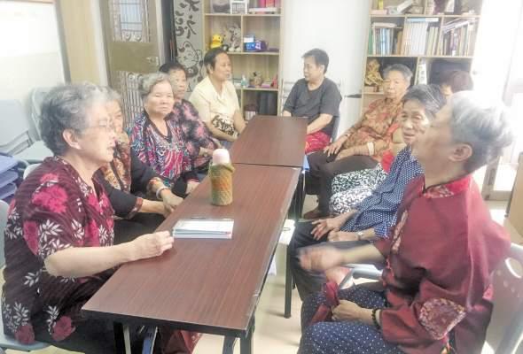 奶奶们在读书角谈金砖会晤的话题。