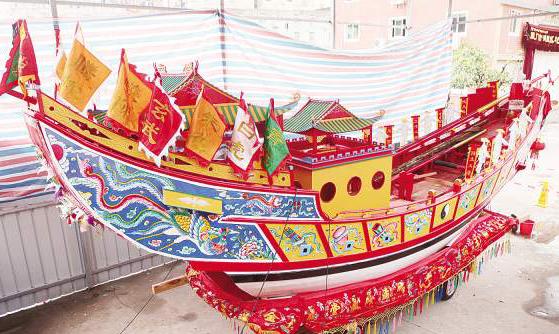 钟庆丰老人制作的精美王船。