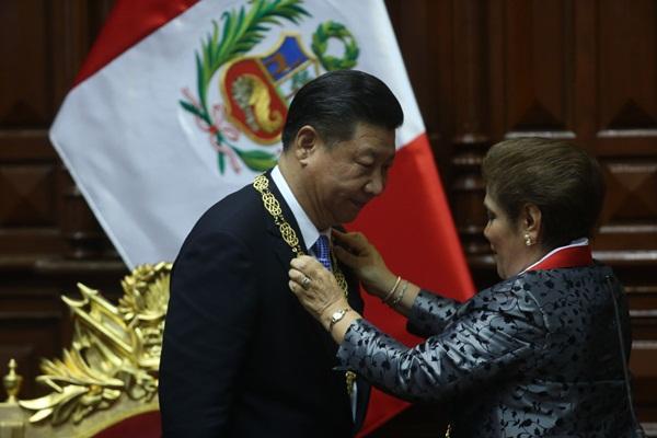 الرئيس الصيني يجتمع مع رئيسة البرلمان البيروفي