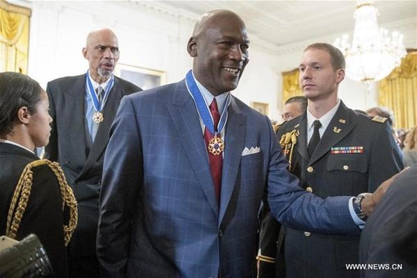 اوباما يمنح وسام الحرية لـ21 شخصية بينهم مايكل جوردان وبيل غيتس