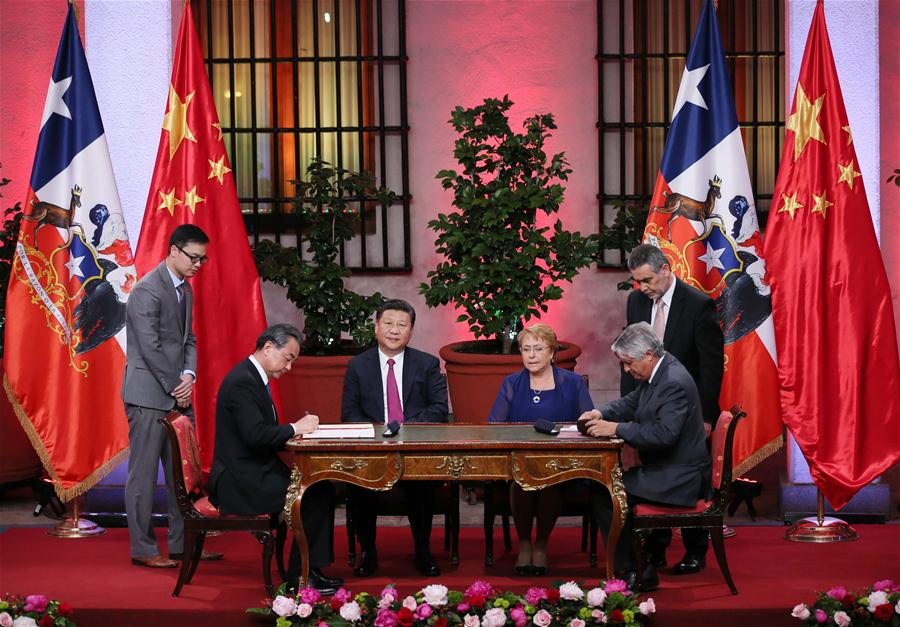 Chinese President Xi Jinping (3rd L) and Chilean President Michelle Bachelet (3rd R) witness the signing of cooperation agreements on trade and economy, agriculture, quality control, culture, education, e-commerce, information communication and finance, after their talks in Santiago, capital of Chile, Nov. 22, 2016. (Xinhua/Lan Hongguang)
