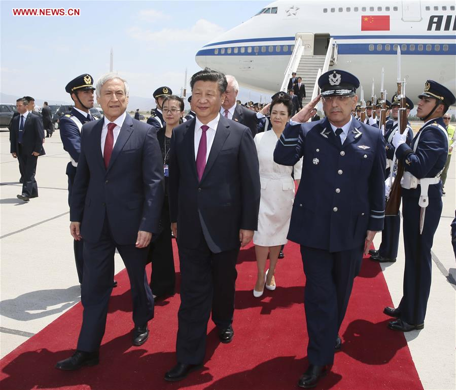 Chinese President Xi Jinping (C F) and his wife Peng Liyuan (3rd R) arrive in Santiago for a state visit to Chile Nov. 22, 2016. (Xinhua/Lan Hongguang)