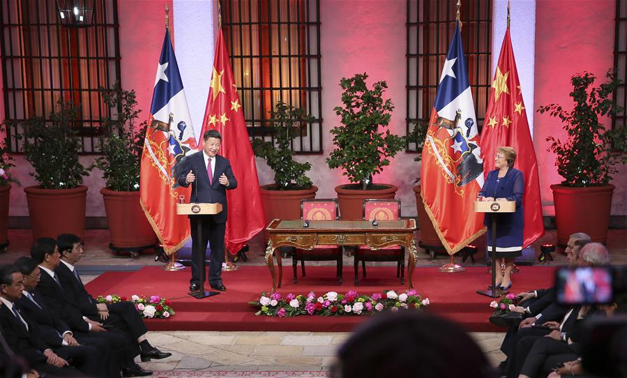 Chinese President Xi Jinping (L Back) speaks while Chilean President Michelle Bachelet (R Back) looks on during a joint press conference after their talks in Santiago, capital of Chile, Nov. 22, 2016. (Xinhua/Lan Hongguang)