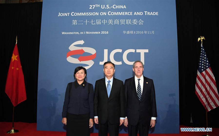 Chinese Vice Premier Wang Yang (C), U.S. Secretary of Commerce Penny Pritzker (L) and U.S. Trade Representative Michael Froman pose for a photograph at the 27th Session of the China-U.S. Joint Commission on Commerce and Trade (JCCT) in Washington D.C., capital of the United States, on Nov. 23, 2016. (Xinhua/Yin Bogu)