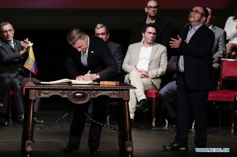 Presidente colombiano y FARC firman un nuevo acuerdo