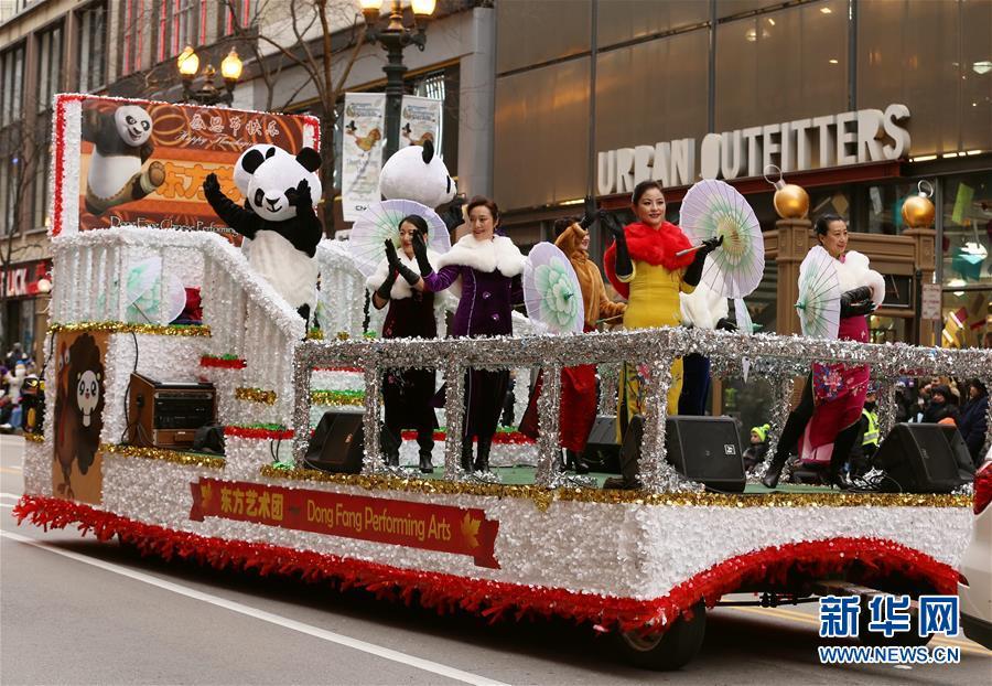 Des personnages de panda géant et du Roi singe présentés à la parade de Thanksgiving à Chicago