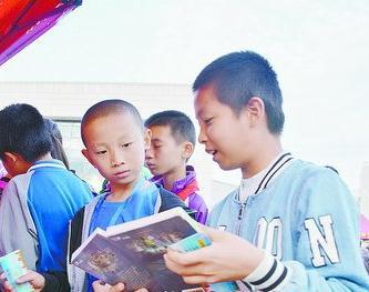 孩子们在图书交换站物色书籍