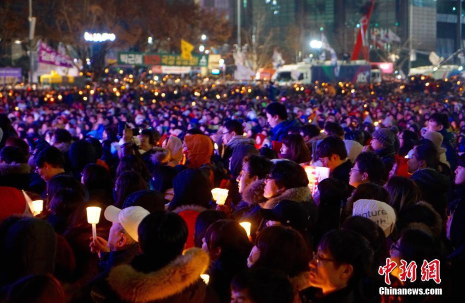 В стране проходят массовые акции протеста с требованием отставки президента