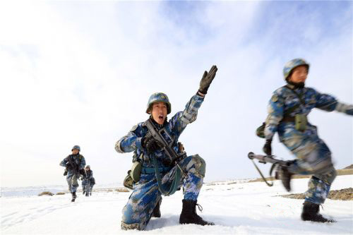 """1月份,海军陆战队在新疆的沙漠戈壁开展""""寒区实战化训练"""",并且进行了实战条件下的反恐演练。"""