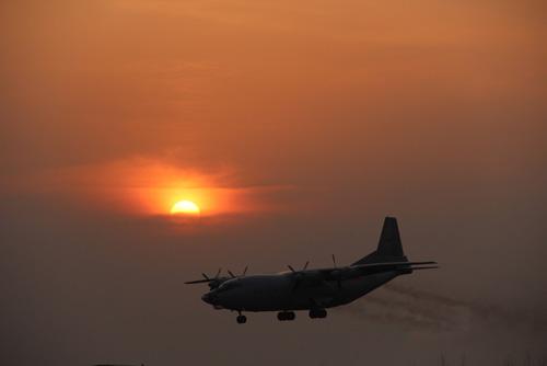 3月分,海军航空兵预警机、警戒机直抵某海域开展超低空蛇形机动飞行训练。