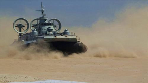 8月份,南海舰队某新型气垫登陆艇远距离奔袭进行登陆演练