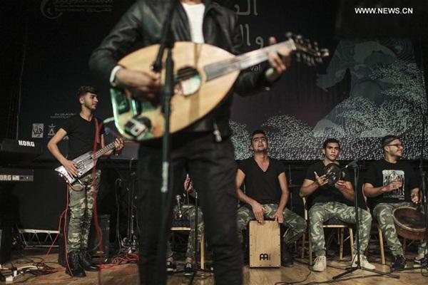 """غزة 28 نوفمبر 2016 (شينخوا) في الصورة الملتقطة يوم 26 نوفمبر 2016، """"فرقة دواوين"""" تؤدي عرضا موسيقيا خلال الحفل الختامي لمهرجان البحر والحرية الذي ينظمه معهد إدوارد سعيد الوطني الفلسطيني للموسيقى في مدينة غزة."""