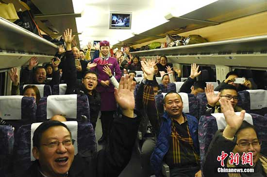 Passengers cheer on the train which started operating on Monday. [Photo/Chinanews.com][Photo/Chinanews.com]
