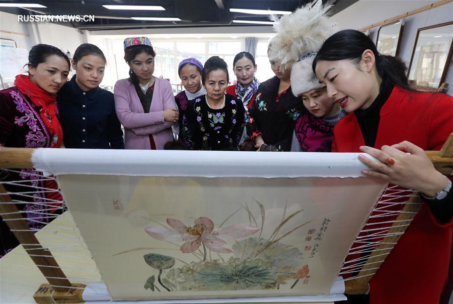 Вышивальщицы из Синьцзяна учатся сучжоуской вышивке