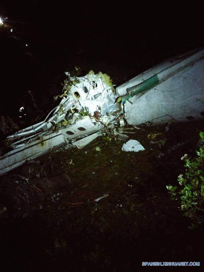 ANTIOQUIA, noviembre 29, 2016 (Xinhua) -- Imagen del 28 de noviembre de 2016 cedida por Noticias Telemedellin, de los restos del avión que transportaba al equipo de fútbol brasileño Chapecoense, que se estrelló en el municipio La Ceja, cerca de Medellín, en el departamento de Antioquia, Colombia. Se precipitó el avión de la aerolínea Lamia con matrícula CP2933 que transportaba al equipo de fútbol brasileño Chapecoense hacia la ciudad colombiana de Medellín para disputar, el próximo miércoles, la final de la Copa Sudamericana contra el Atlético Nacional de Medellín, según informó el aeropuerto José María Córdova de Rionegro en su cuenta de Twitter. Las autoridades aseguran que hay sobrevivientes de los 72 pasajeros y nueve tripulantes que viajaban en la aeronave. (Xinhua/Noticias Telemedellín)
