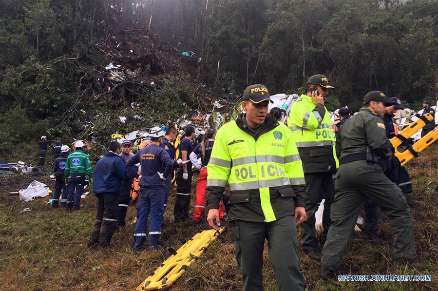 """Elementos de seguridad inspeccionan el sitio del accidente del avión que transportaba al equipo de fútbol brasileño Chapecoense, en el municipio La Ceja, cerca de Medellín, en el departamento de Antioquía, Colombia, el 29 de noviembre de 2016. El accidente del avión en el que murieron al menos 75 personas y que trasladaba al equipo brasileño Chapecoense, implica """"un día trágico para el fútbol"""", afirmó el martes en la capital paraguaya el presidente de la Conmebol, Alejandro Domínguez. (Xinhua/Policía de Antioquia/COLPRENSA)"""