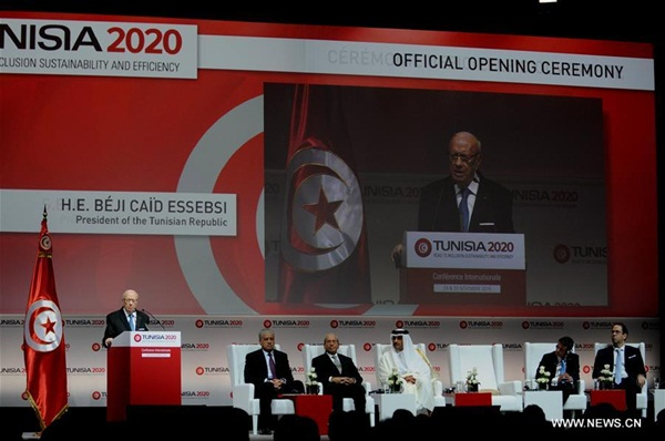 """تونس 29 نوفمبر 2016 (شينخوا) في الصورة الملتقطة يوم 29 نوفمبر 2016، الرئيس التونسي الباجي قائد السبسي (يسار) ورئيس الوزراء الفرنسي مانويل فالس يحضران افتتاح فعاليات المؤتمر الدولي للاستثمار """"تونس 2020"""" في تونس العاصمة. بدأت اليوم (الثلاثاء) فعاليات المؤتمر الدولي للإستثمار بتونس تحت شعار """"تونس 2020"""" التي ستتواصل أعمالها على مدى يومين بمشاركة أكثر من 50 دولة منها الصين"""