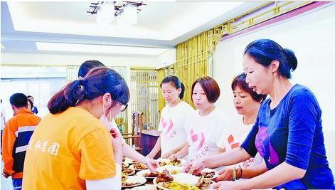 """抗御""""莫兰蒂""""台风期间,陈素珍(右一)为志愿者制作素食餐"""
