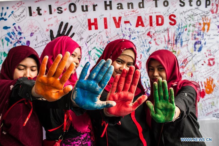Indonesian Muslim women participate in the commemoration of World AIDS Day in Medan, Indonesia, Dec. 1, 2016. (Xinhua/Albert Damanik)