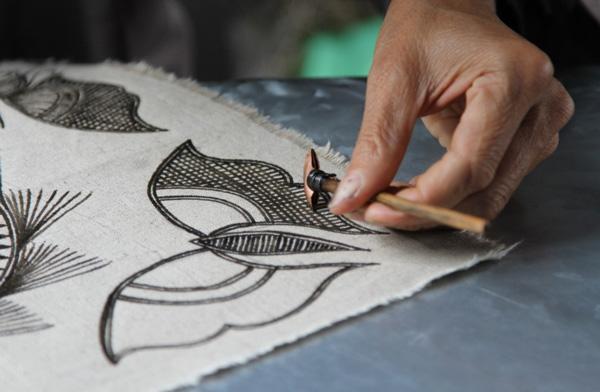 Diseñadores independientes pactican la artesanía tradicional en Guizhou