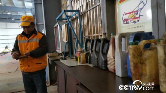 常年跟机油、汽油、机具打交道,信恒均手上的污渍得用鞋刷刷。