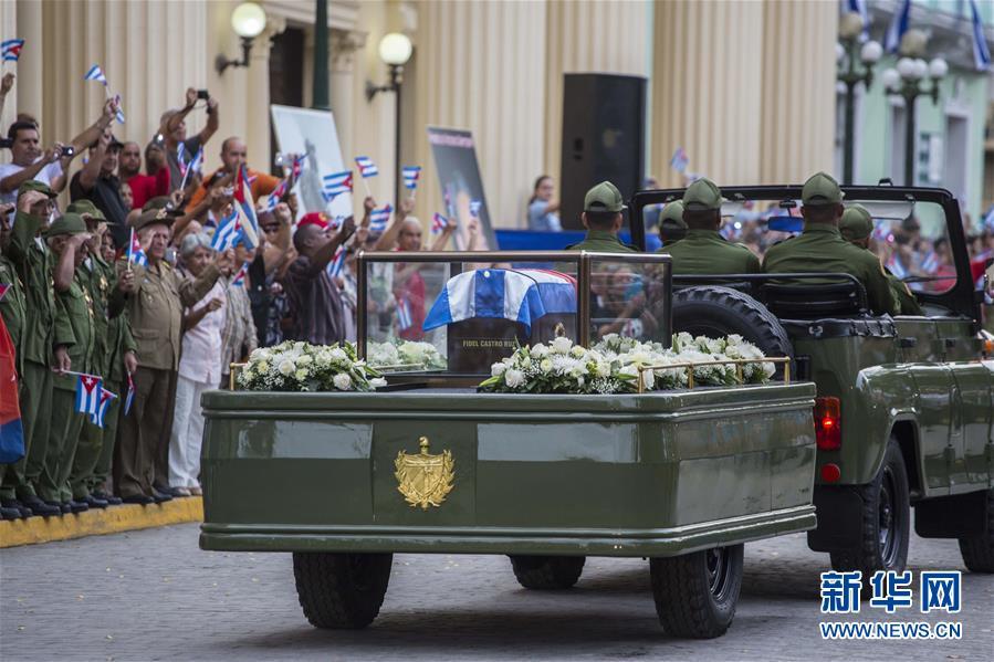 La caravana fúnebre con los restos de Fidel llega a las calles de Sancti Spiritus