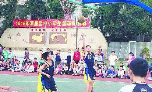 小小篮球手比拼。