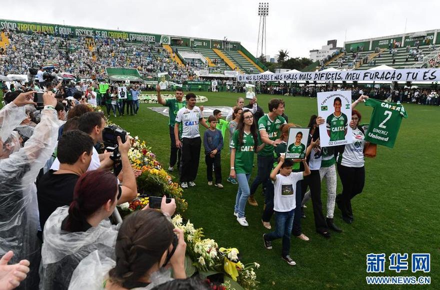 Des milliers de personnes rendent hommage aux footballeurs