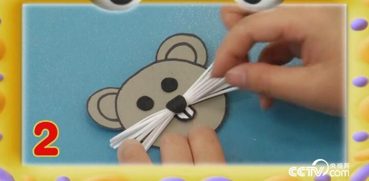 第二步:用海绵纸做老鼠的眼睛,鼻子,牙齿并固定在头上