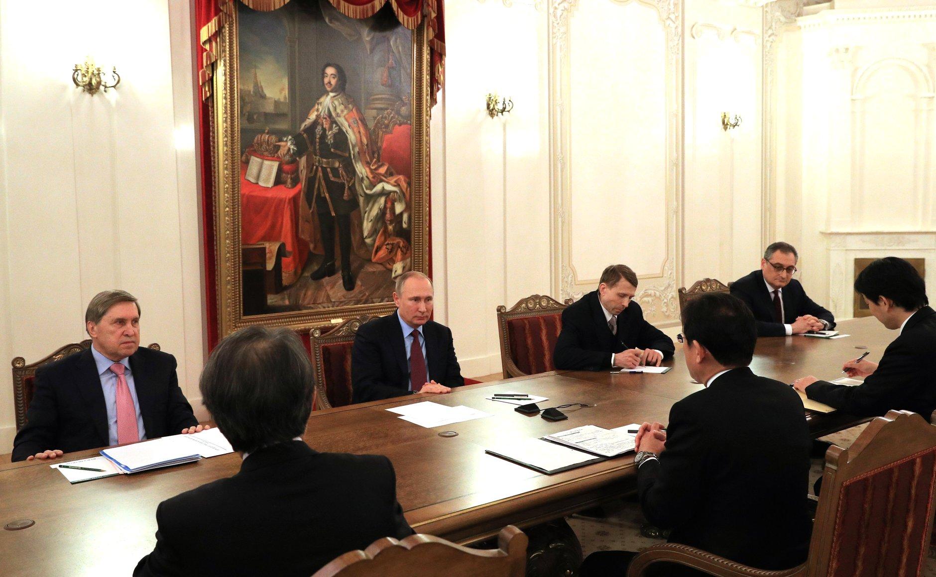 Владимир Путин провел переговоры с министром иностранных дел Японии