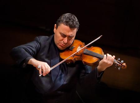 文格洛夫不到三十岁就已跻身世界小提琴大师行列,以独奏家和指挥家的双重身份活跃在世界各地的舞台上
