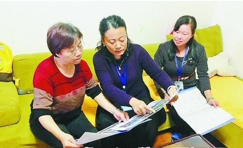 社区工作者入户向居民宣传改造方案。