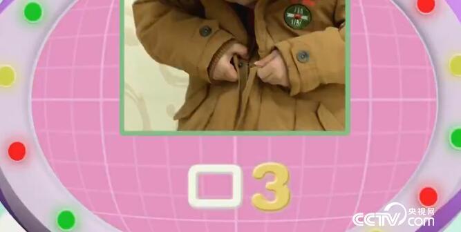 第三步:把外套的扣子扣好,