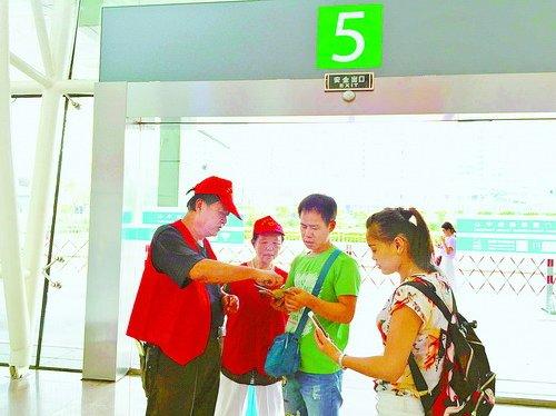 平安志愿者在邮轮中心为游客答疑解惑。