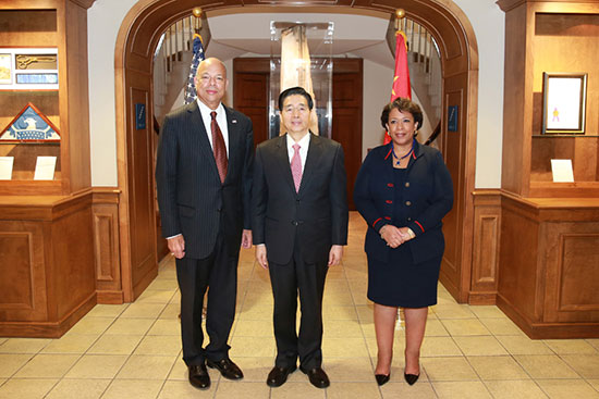 Chinese State Councilor Guo Shengkun (M) and US Department of Homeland Security Secretary Jeh Johnson (L) and Attorney General Loretta E. Lynch. [Photo: CRIENGLISH.com]