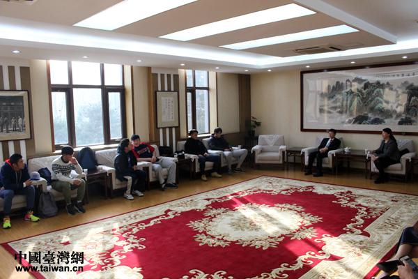 12月4日,国务院台办交流局局长与北方工业大学的8位台生交流座谈。