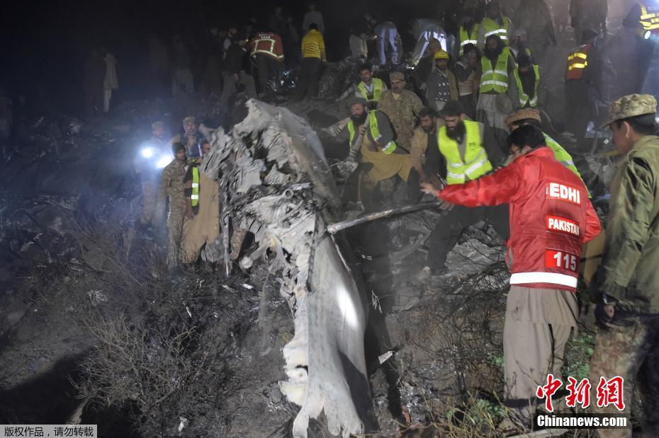 В Пакистане разбился самолёт: на борту было 47 человек.
