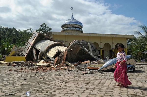 Жертвами подземных толчков у берегов Суматры стали не менее 97 человек