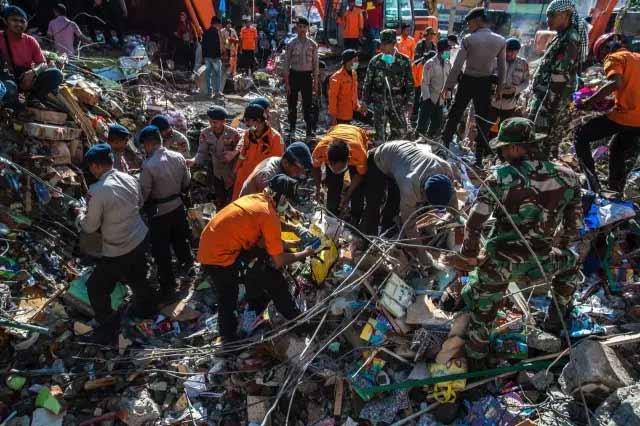 △救援人员奋力抢救被埋居民(图/视觉中国)