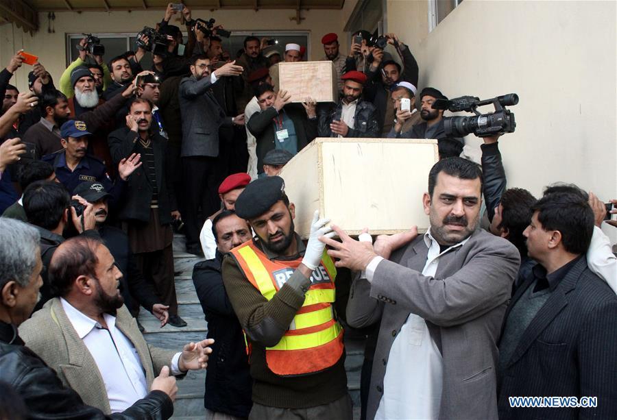 Restos de víctimas de accidente aéreo son trasladados a capital pakistaní de Islamabad