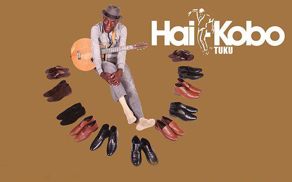 Un músico zimbabwense recauda fondos para comprar zapatos a los niños desfavorecidos