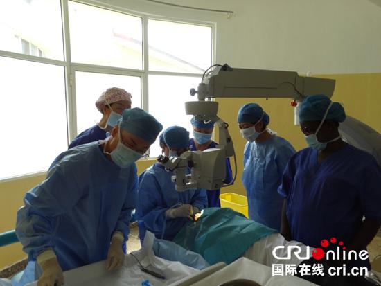 Médicos chinos operan gratis de cataratas en el país africano
