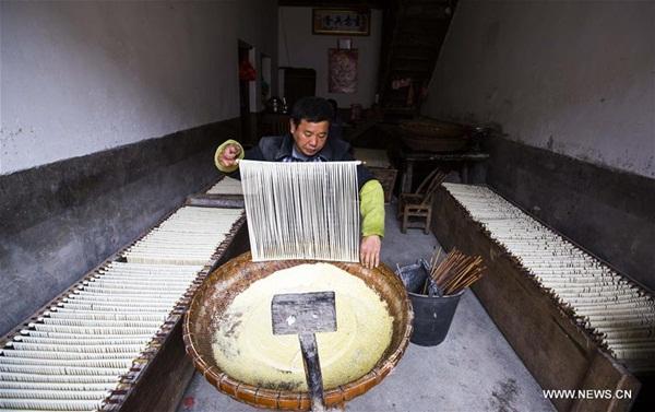 فوتشو، جيانغشي 12 ديسمبر 2016 (شينخوا) في الصورة الملتقطة 10 ديسمبر 2016، عامل يصنع مكرونة بشكل يدوي في بلدة هووان القديمة بمقاطعة جيانغشي شرقي الصين، وتشتهر البلدة بالمكرونة اليدوية التي تحتاج لصنعها أكثر من 10 عمليات .