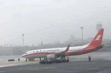 上海航空一飞机在乌鲁木齐机场滑出跑道