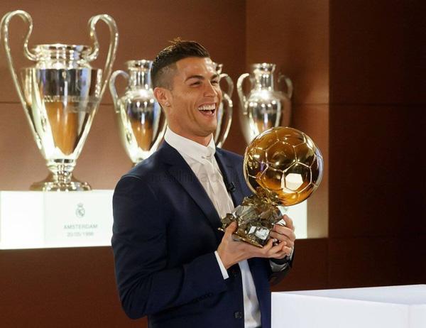 Fútbol: Cristiano Ronaldo recibe su cuarta Balón de Oro