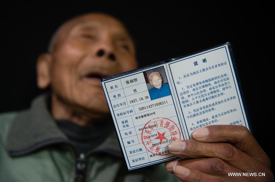 Zhang Fuzhi montre son certificat de survivant du Massacre de Nanjing, le 16 novembre 2016.