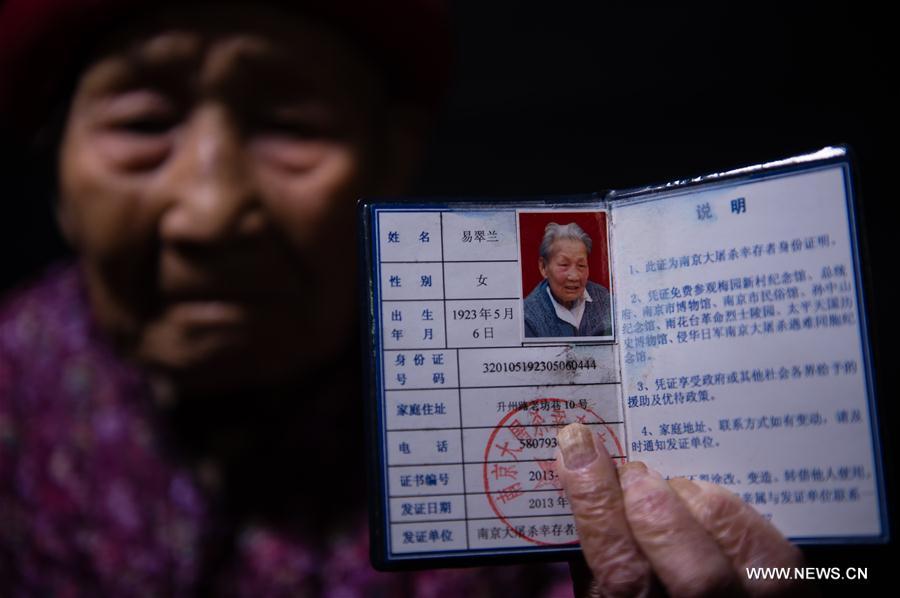 Yi Cuilan montre son certificat de survivante du Massacre de Nanjing, le 25 novembre 2016.