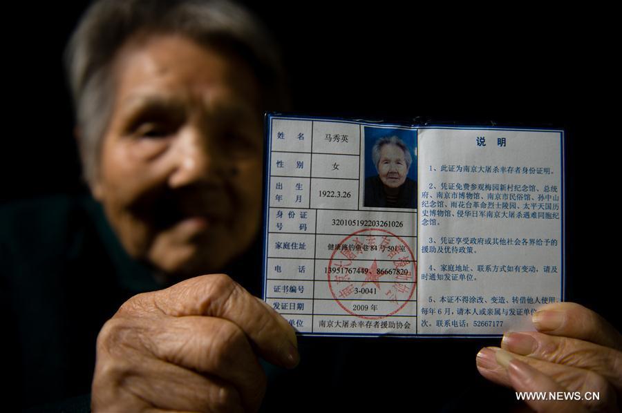 Ma Xiuying montre son certificat de survivante du Massacre de Nanjing, le 18 novembre 2016. Ma Xiuying, née en 1922, a survécu en s
