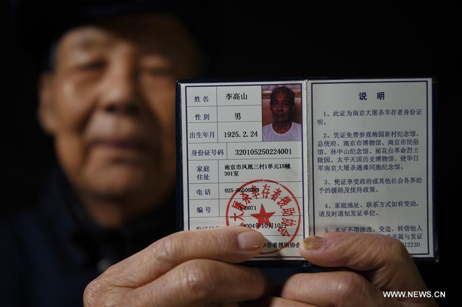 Li Gaoshan montre son certificat de survivant du Massacre de Nanjing, le 21 novembre 2016.