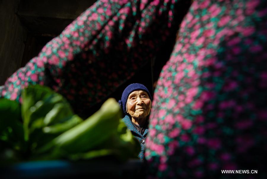 Zhu Sizi parle avec une voisine, le 3 novembre 2016. Zhu Sizi, née le 3 juin 1920, subi l